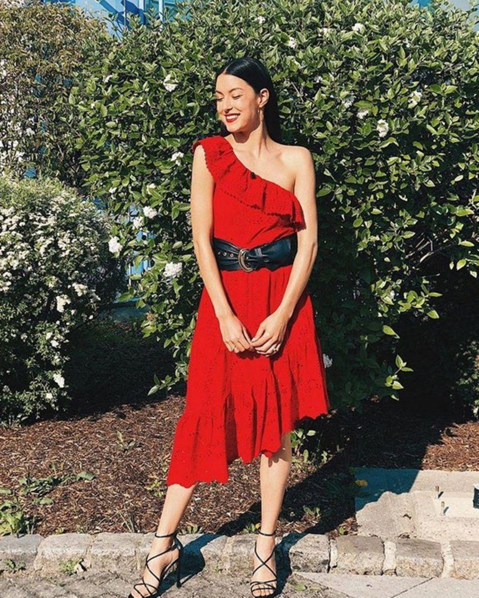 Lady in Red Rebecca Mir in einem feurigen Volant-Dress und zierlichen Riemchensandalen.