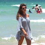 Alessandra Ambrosio schlendert in einem luftig leichten Off-Shoulder-Kleidden Strand entlang.