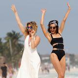 Whoop Whoop! Nina Dobrev und ihre Freundin Lane Cheek haben sichtlich Spaß am Strand. Nina tanz ausgelassen in einem sexy Badeanzug und ihre Freundin Lane Cheek in einem weißen Maxikleid tanzt ausgelassen mit.