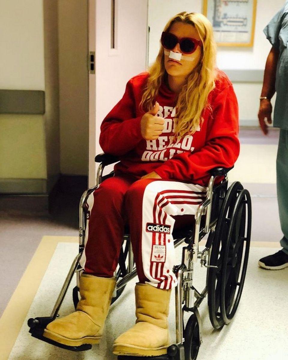 Busy Philipps postet nach ihrer Nasennebenhöhlen-OP ein Bild aus dem Krankenhaus. Die Schauspielerin zeigt sich noch etwas geschwächt im Rollstuhl, signalisiert aber, dass alles gut gelaufen ist und bedankt sich für die Anteilnahme.