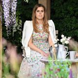 22. Mai 2018  Zu viele Blumen? Prinzessin Beatrice scheint etwas überwältigt.