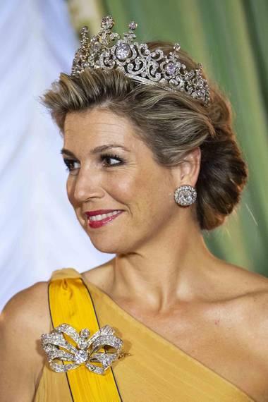 """Wow, was für ein Hochkaräter! Königin Máxima legt beim offiziellen Besuch in Luxemburg ein Diadem-Debüt der besonderen Art hin. Zum ersten Mal hat sie aus dem royalen Tresor ein Stück gezaubert, das zu dem Wertvollsten gehören dürfte, dass das niederländische Königshaus besitzt.  Das Diadem, das den Beinamen """"Stuart Diadem"""" trägt, wird eigentlich von einem rund 40 Karat schweren Diamanten getoppt. Der Edelstein wurde für Máximas Version zwar entfernt, die übrigen Steine haben es aber auch in sich.  Kreiert wurde das Diadem in seiner Urform um 1897. Es bekam den Beinamen, weil sein zentraler Stein eigentlich der""""Stuart Diamand"""" ist. Dieser gehörte Queen Mary II. aus dem Haus Stuart.  Königin Wilhelmina der Niederlande war die erste, die das Diadem tragen konnte. Ihre Tochter Juliana zeigte sich mit dem prachtvollen Schmuckstück öfter, an Königin Beatrix jedoch kennt man es nicht. Máxima verhalf dem Diadem also zu einem brillanten Comeback."""