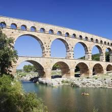 Im Süden Frankreich befindet sich ein Schatz aus längst vergangenen Tagen: der Pont du Gard. Das römische Aquädukt mit einer Höhe von 49 Metern und 52 Halbbögen gehörtseit 1985 zum UNESCO-Weltkulturerbe. Die meisten Besucher reisen mit dem eigenen Auto an, um dasbeliebte Bauwerk in Ruhe zu erkunden.