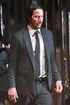 """Am Set für den Film """"John Wick 2"""" in New York schaut der Hauptdarsteller Keanu Reeves ganz schön demoliert aus. Schrammen auf der Stirn zieren sein Gesicht. Zum Glück ja alles nur Make-up für den Film."""
