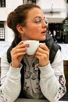Mit ihrer großen runden Brille mit einerdünnen Metallfassung liegt Jung-Schauspielerin Ronja Forcher total im Trend.