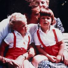 Kronprinz Frederik bekommt ein Küsschen von seinem Vater