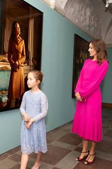 24. Mai 2018  Die Pose passt fast: Prinzessin Mary hat sich in der Porträtsammlung auch wiederentdeckt. Tochter Josephine scheint dem Bild von ihrer Mutter nicht mehr viel abgewinnen zu können und geht lieber weiter.