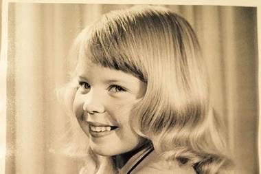Kylie Minogue  Kurz vor ihrem 50. Geburtstag postet Kylie Minogue ein altes Foto aus Kindertagen. Wie eine kleine Lady posiert sie darauf keck für die Kamera.