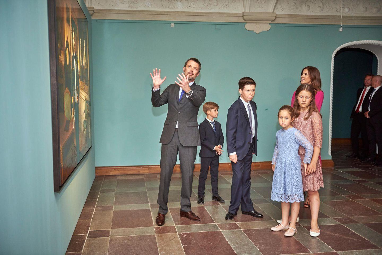 24. Mai 2018  Anlässlich des 50. Geburtstages von Kronprinz Frederik besucht die royale Familie eine Ausstellung auf Schloss Frederiksbork. Dort präsentiert der Thronfolger seinen vier Kindern sein neues Porträt. Jedoch scheinen die royalen Sprösslinge im Gegensatz zu Prinzessin Mary so gar keine Lust auf das Gemälde zu haben. Die Langeweile ist den Kids buchstäblich anzusehen.