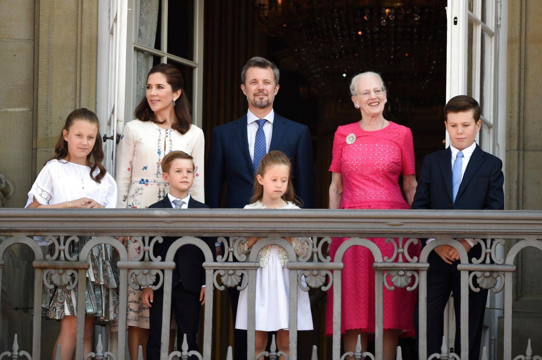 26. Mai 2018  Das Geburtstagskind Kronprinz Frederik und seine Familie grüße vom Balkon des Schlosses Amalienborg. Der dänische Royal feiert heute sein 50. Lebensjahr.