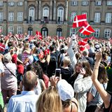 26. Mai 2018  Die Fans der dänischen Royals feiern ihren Kronprinzen Frederik mit bunten Fahnen bei dem besten Wetter vor dem Schloss Amalienborg.