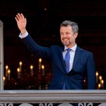 26. Mai 2018  Fröhlich winkt Kronprinz Frederik den vielen Fans zu, die anlässlich seines 50. Geburtstages zum Schloss Amalienborg erschienen sind.