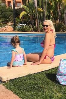 26. Mai 2018  Daniela Katzenberger und Töchterchen Sophia planschen bei sommerlichen Temperaturen am Pool.