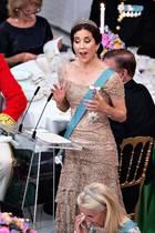 Mit ihrer Rede bringt die Frau von Kronprinz Frederik die Gäste zum Lachen und zum Weinen. Vor allem das Geburtstagskind scheint sich über die Worte seiner hübschen Frau gefreut zu haben.