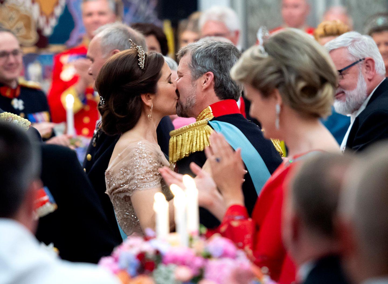26. Mai 2018  Zum Abschluss küsst sich das royale Paar innig. Das Paar ist seit dem Jahr 2004 glücklich verheiratet und vier gemeinsame Kinder.