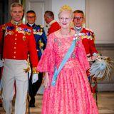 26. Mai 2018  Königin Margrethe nimmt ihren ältesten Sohn in Empfang und zeigt sich mega stolz in einem traumhaft pinken Kleid.