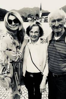 """Seltene Einblicke in ihr Privatleben zeigt die Moderatorin Frauke Ludowig nun auf ihrem Instagram-Account. Die Blondine zeigt sich mit ihren Eltern. """"Familienzeit"""" schreibt die Blondine dazu."""
