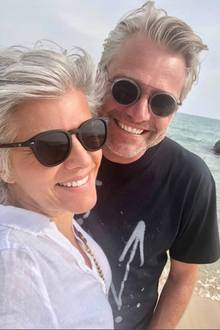 """Auf Instagram teilt Birgit Schrowange dieses Selfie mit ihren Fans. Sie urlaubt zur Zeit mit Freund Frank auf Mallorca. Beide haben eine Sonnenbrille und das gleiche fröhliche Lächeln im Gesicht - """"wie Zwillinge"""", lautet einer der Kommentare. Ob Doppelgänger oder süßes Paar - die beidenpassen in jedem Fall super zusammen!"""