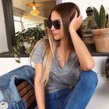Ann-Kathrin Brömmel verleiht ihrem schlichten Outfit mit einer XL-Sonnenbrille den gewissen Glamour-Faktor. Das braun-mellierte Modell passt perfekt zur Jeans-Tshirt-Kombi.