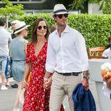 In einem roten, geblümten Midi-Kleid besucht Pippa Middleton mit ihrem Mann, James Matthews, die French Open. Ihr Kleid umspielt ihren wachsenden Babybauch zwar geschickt, jedoch lässt sich seitlich ein deutliche Wölbung erkennen ...