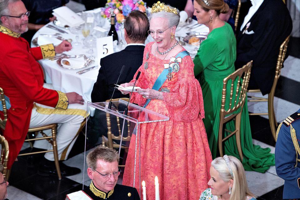 Königin Margrethe hält eine bewegende Rede zum Geburtstag ihres Sohnes - die Gäste lauschen lächelnd (vorne in Weiß beispielsweise Prinzessin Mette-Marit von Norwegen)