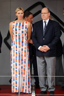 Zur Siegerehrung zum Großen Preis von Monaco erscheint Fürstin Charlène in einem sommerlichen Maxikleid. Das farbenfrohe Modell ist von Akris und mit umgerechnet knapp 3.400 Euro ein echtes Luxuskleid - mit schönen Details ...