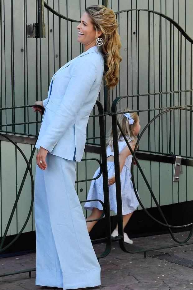 Prinzessin Madeleine lacht herzlich, während Prinzessin Leonore ihrem Image als Wirbelwind gerecht wird und fröhlich davon flitzt.