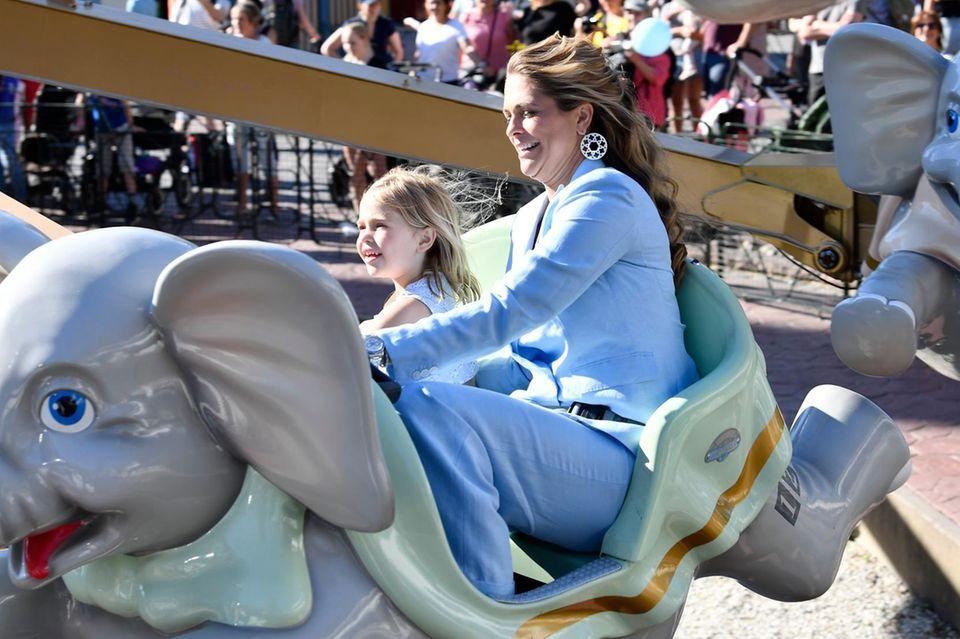 Prinzessin Leonore genießt den Tag mit ihrer Mutter. Die beiden strahlen mit der Sonne um die Wette.