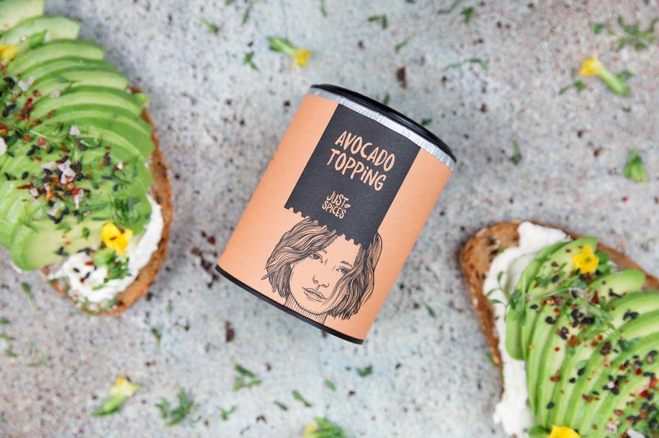 """Beim Eis ist es die Sahnehaube mit Kirsche, beim Avocadotoast machen's die Gewürze (z. B. das """"Avocado Topping"""" von Just Spices für ca. 6 Euro)."""