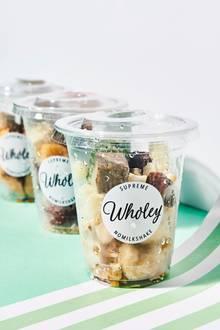 """In Bio-Kunststoffbechern kommen die Früchte und Nüsse von """"Wholey"""" an. Sie sind erntefrisch schockgefroren und müssen nur mit Wasser gemixt werden."""