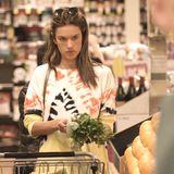 Model Alessandra Ambrosio beim Einkaufen im Supermarkt in Los Angeles.
