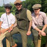 """""""Ein schöner Tag beim Angeln mit den Jungs"""", schreibt David Beckham zu diesem Schnappschuss auf Instagram. Mit seinen ältesten Söhnen Brooklyn und Romeo scheint der Star-Kicker nicht nur seine Leidenschaft fürs Angeln zu teilen, sondern auch das Gespür für Mode. Familie Beckham zeigt mit ihren Looks immer wieder gerne: Wir gehören zusammen! Sehen Sie selbst ..."""