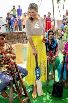 Königin Máxima ist als UN-Sondervertreterin zu Besuch in Indien, und in der Nähe von Neu-Delhi lässt sie sich die Produktion von Cricket-Bällen erklären. Mit ihrem sonnigen Style passt sie farblich auch perfekt ins Bilder der vielen buntgekleideten Schaulustigen.