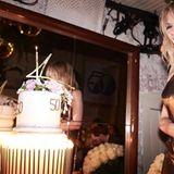 Happy Birthday! Superstar Kylie Minogue feiert ihren 50. Geburtstag! Da darf eine glamouröse Geburtstagstorte für die Pop-Diva natürlich nicht fehlen. Eine zweistöckige Torte mit goldener Deko sind für diesen Anlass genau das Richtige.