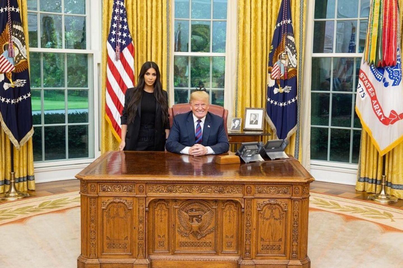 """31. Mai 2018  Trump trifft Kim.Reality-Star Kim Kardashian besucht den US-Präsident Donald Trump im Weißen Haus. Grund für dieses spektakuläre Aufeinandertreffen ist, dass Kim Kardashian sich für dieBegnadigungder 63 Jahre alten Alice Marie Johnson einsetzen möchte, die eine lebenslange Freiheitsstrafe im Zusammenhang mit Drogendelikten verbüßt und seit 1996 einsitzt. Ganz in Schwarz gekleidet und in zitronengelben High-Heels schreitet Kardashian in das Büro des US-Präsidenten. Kein Kamerateam ihrer TV-Show """"Keeping up with the Kardashians"""" begleitetsie.Im Anschluss bedanktsie sich via Twitter bei Trump dafür, dass er sich die Zeit für das Treffen genommen habe. Sie hoffe, dass der Präsident Johnson begnadigen werde."""