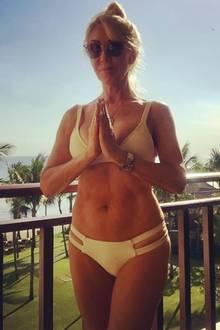 Stramme Bauchmuskeln, trainierte Arme, schlanke Beine: So fit präsentiert sich jetzt die 68(!)-jährigeLinda Thompson. In einem sonnengelben Bikini und mit typischer Yoga-Pose genießt sie das beliebteFlair auf Bali und zieht garantiert ein paar neidische Blicke auf sich.