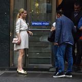 Was für ein hübscher Look und was für eine verdächtige Wölbung: Michelle Hunziker zeigt sich in Mailand in einem cremefarbenen Kleid mit goldenen Schuhen und einer rosafarbenen Mini-Bag. Doch obwohl die Blondine mit ihren coolen Accessoires beinahe von ihrem Bauch ablenkt, gelingt es ihr nicht wirklich. Ein Babybauch ist es jedoch nicht, wie sie jetzt beteuerte.