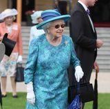 Fashion-Looks: Die jährliche Gartenparty im Buckingham-Palast feiert Queen Elizabeth gut gelaunt in fröhlichen Türkis- und Blautönen.