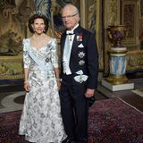 31. Mai 2018  Beim Repräsentationsdinner im schwedischen Königshaus dürfen Königin Silvia und König Carl Gustaf natürlich nicht fehlen. Das königliche Paar erscheint in festlicher Kleidung und gut gelaunt beim Dinner am Abend.