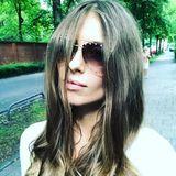 Wer versteckt sein schönes Gesicht denn hier hinter einer XXL-Sonnenbrille und Haarsträhnen? Es ist die Moderatorin und Neu-Mama Cathy Hummels! Im Hippie-Look macht sie die Münchener Straßen unsicher und genießt das kaiserliche Wetter – herrlich!