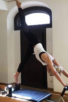 """""""Mein Lieblingstraining im Moment, denn Pilates ist stark und streckt den Körper zur gleichen Zeit"""", schreibt Model Lena Gercke zu diesem Bild. Professionell schaut es allemal aus."""