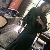 Denn auch von vorne kann sich das edle Midikleid sehen lassen! Ganz casual geht es also für sie aufs Land, schließlich ist das Kleid ja in Grüntönen gehalten.