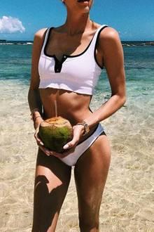 Hart am arbeiten oder eher nicht? Diese Einschätzung überlässt US-Model Devon Windsor ihren Instagram-Fans und macht uns mit Kokosnuss und Luxus-Körper im sportlichen Bikini richtig Lust auf Strandurlaub.