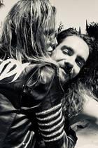 """Ob die mit """"Heidi"""" beschriftete Lederjacke ein Geschenk ihres Liebsten Tom Kaulitz zum 45. Geburtstag war, wissen wir nicht, aber dass sie darin jetzt so richtig wie eine Rockerbraut aussieht. Dieses niedliche Bild postete Toms Zwillingsbruder Bill Kaulitz auf seinem Instagram-Account und istauch ganz angetan von den beiden verliebten Turteltauben."""