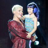 Bei einem Konzert von Mama Pink in Los Angeles präsentiertTöchterchen Willow ihre neueHaarfarbe auf der Bühne. Die süße Tochter der Sängerin kommt in Sachen Style offensichtlich ganz nach ihrer berühmten Mama, die bekannterweise auch nicht vor auffälligen Looks zurückschreckt.