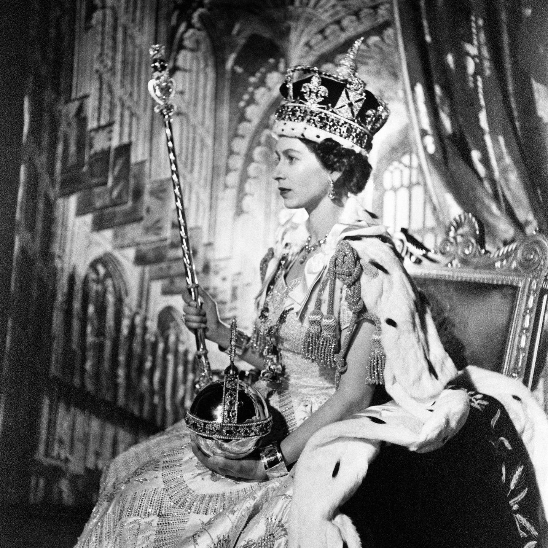 """Vor 67Jahren, am 2. Juni 1953,wurde mit pompösen Krönungsfeierlichkeiten in London aus der jungen """"Lillibeth"""" die jetzige und damit am längsten amtierende Monarchin der Welt: Königin Elizabeth II.  Schauen Sie mit uns zurück auf das außergewöhnliche Leben der Queen."""