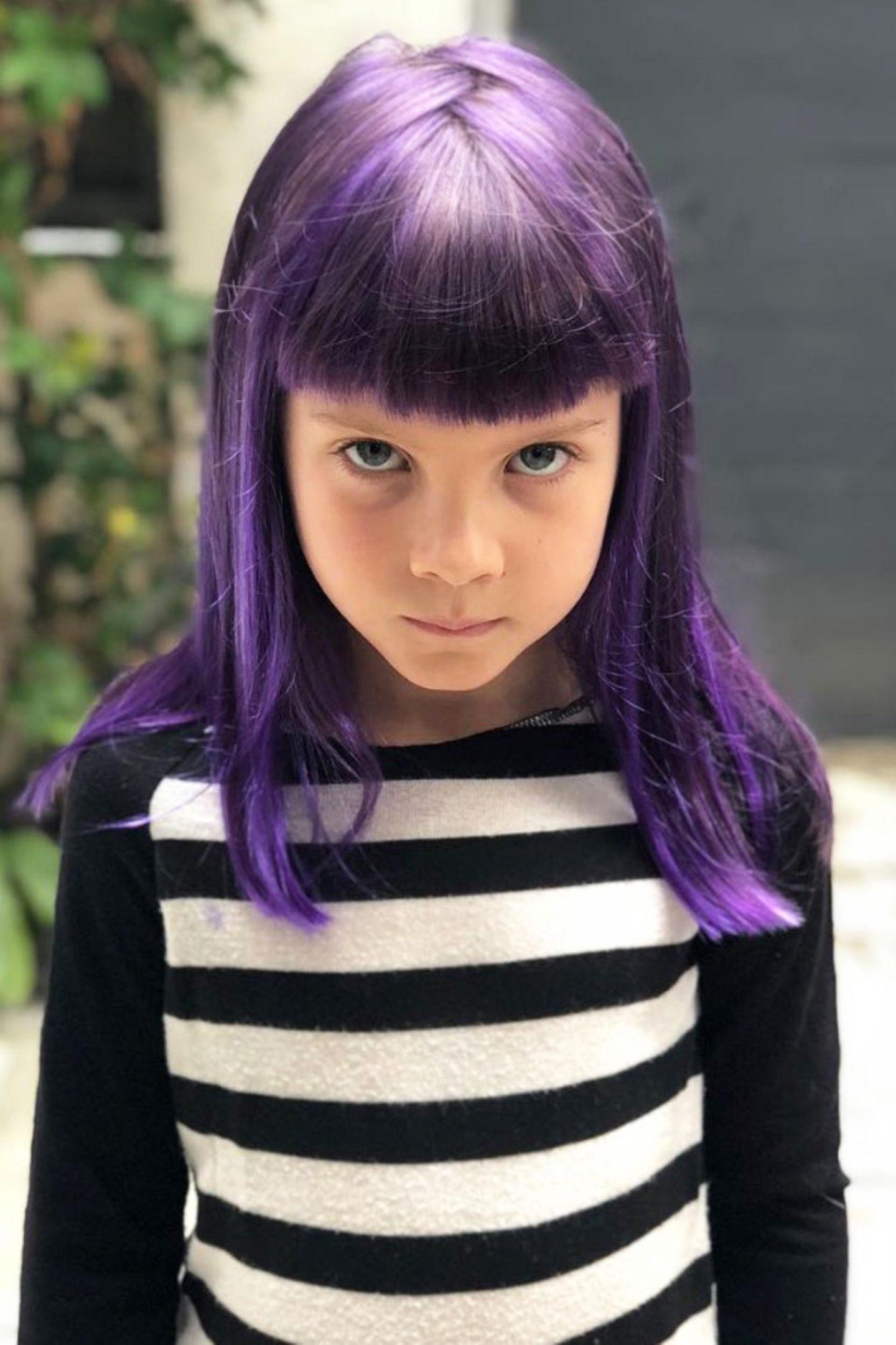 Auch Papa Carey Hart präsentiert den neuen Look seiner Tochter auf Instagram.Wir finden die violettfarbenen Haare von Willow auf jeden Fall auch super stylisch.