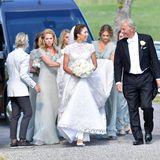 """2. Juni 2018    Im wunderschönen Spitzenkleid schreitetLouise """"Lussan"""" Gottlieb mit ihrem Vater und den Brautjungfern zur Kirche von Trosa. Prinzessin Madeleine passt auf, dass dem Schleier nichts passiert."""
