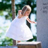 2. Juni 2018  Prinzessin Leonore nutzt im süßen, weißen Sommerkleidchen die Grabsteine auf dem Kirchfriedhof von Trosaals Spielplatz.