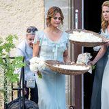 Im weichfließenden Sommerkleid in Hellblau sieht Prinzessin Madeleine ebenso wie die anderen Brautjungfern auch ganz bezaubernd aus.